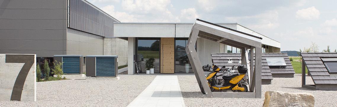 Neubau Eingang mit Radhaus, Wärmepumpe und Fassaden Photovoltaik